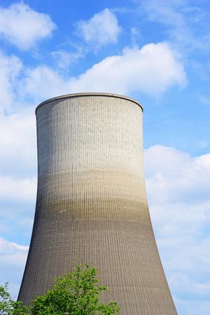 28873141-cierre-de-la-imagen-de-una-chimenea-del-reactor-nuclear-que-ahora-espera-la-demolici%C3%B3n-en-alemania